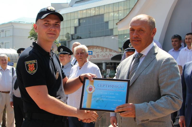 Олександр Мамай вручає сертифікат патрульній поліції
