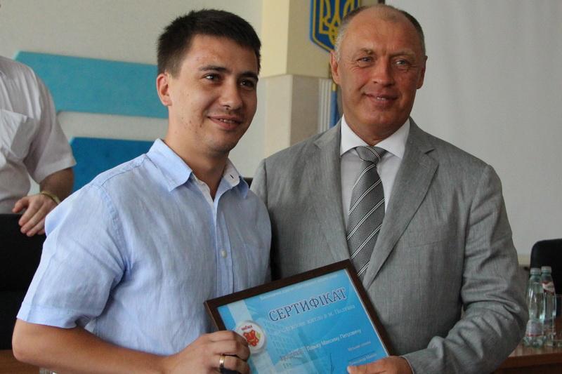 Вручення сертифікату на квартиру Максиму Лазьку