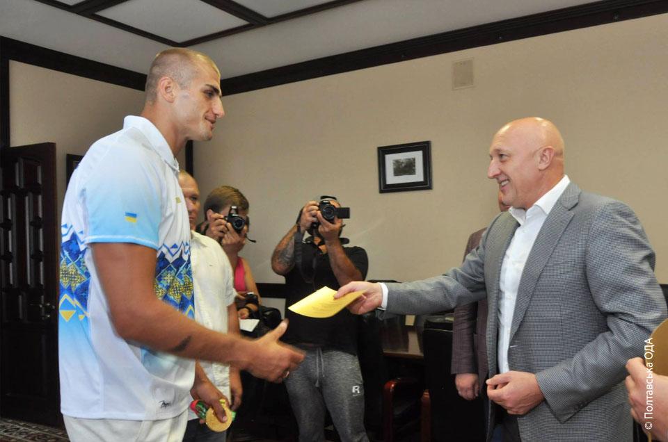 Вручення грошового сертифікату на 80 000 гривень