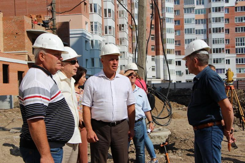 Міський голова Олександр Мамай оглядає будівництво