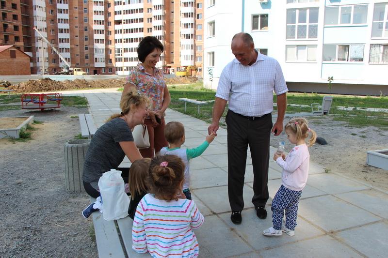 Маленькі мешканці мікрорайону спостерігають за зведенням нових домівок