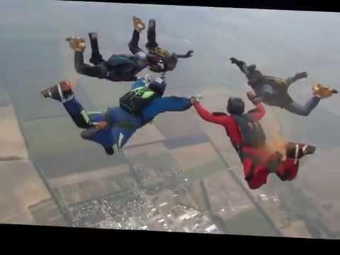 Прыжок парашютистов на фестивале «Вільне небо» в День независимости Украины 2016 в Днепре