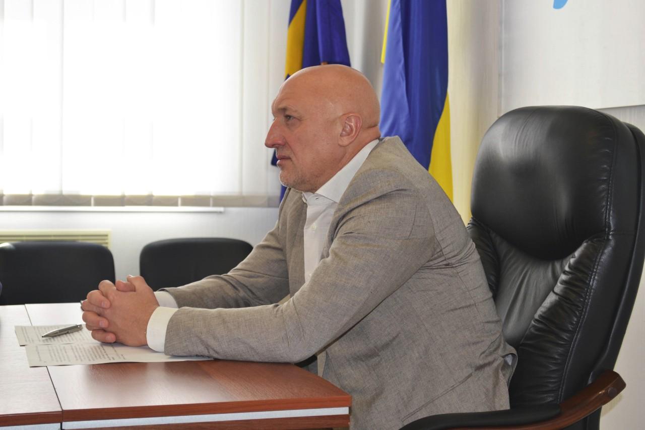 Валерій Головко слухає доповідь Прем'єр-міністра