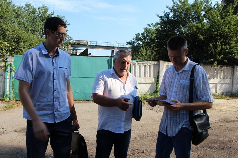 Володимир Рак вручає протокол про порушення комерційному директору ДП «Мекомсервіс»