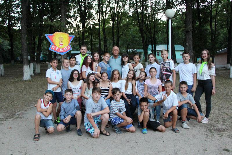Фото на згадку з відпочивальниками табору «Супутник»