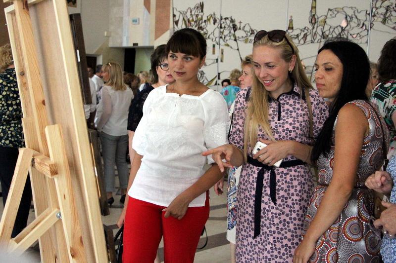 У холі палацу було розміщено виставку «Миттєвосте прекрасна, зупинись!»