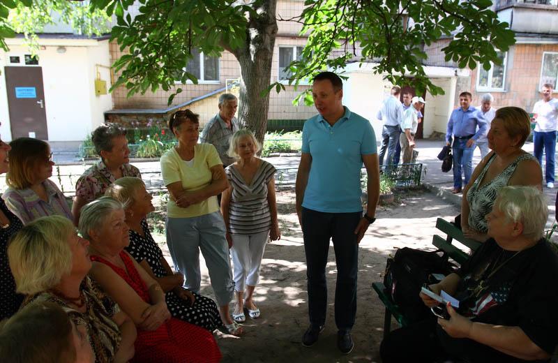Андрій Матковський спілкується з мешканцями будинку