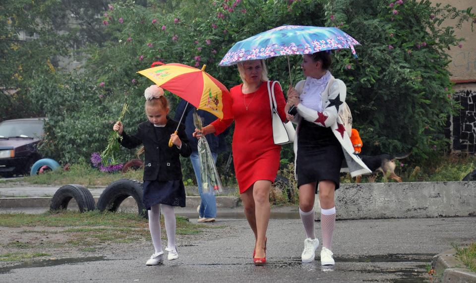Але дощ не пройшов. Батькам та школярам довелося поспішати до школи, поки не змокли.