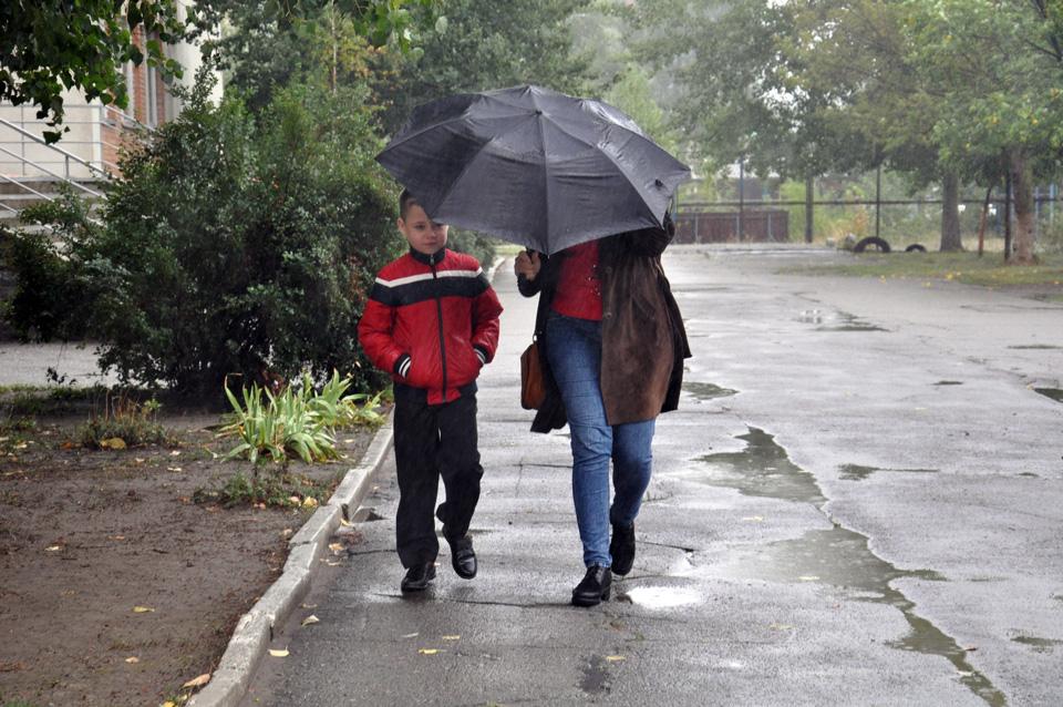 Найбільш популярним одягом сьогодні були куртки, а аксесуаром - парасольки.