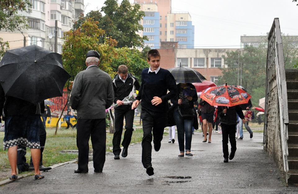 Тим, хто не любить носитися із парасольками, довелося швидко бігати.