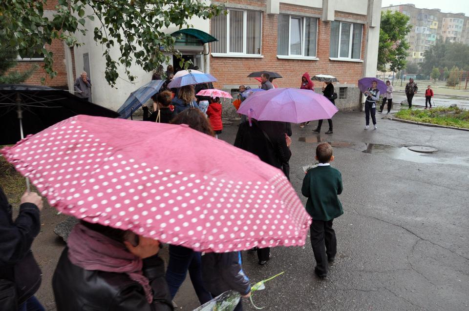 Через дощ офіційну презентацію навчального року перенесли з вулиці до шкільного спортзалу.