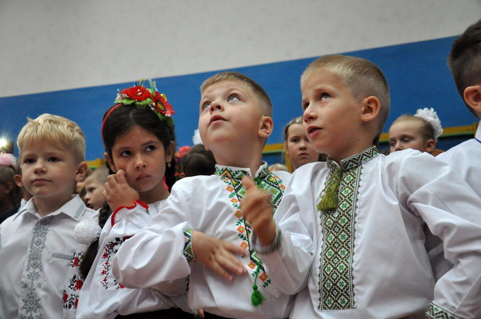 А ці школярі розпочали новий навчальний рік із вишиванок, популярних останнім часом на урочистостях.