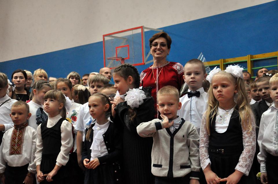 Класний керівник Олена Шихалкіна зі своїм класом першачків. Саме ці дітки беруть участь у програмі«Нова українська школа».