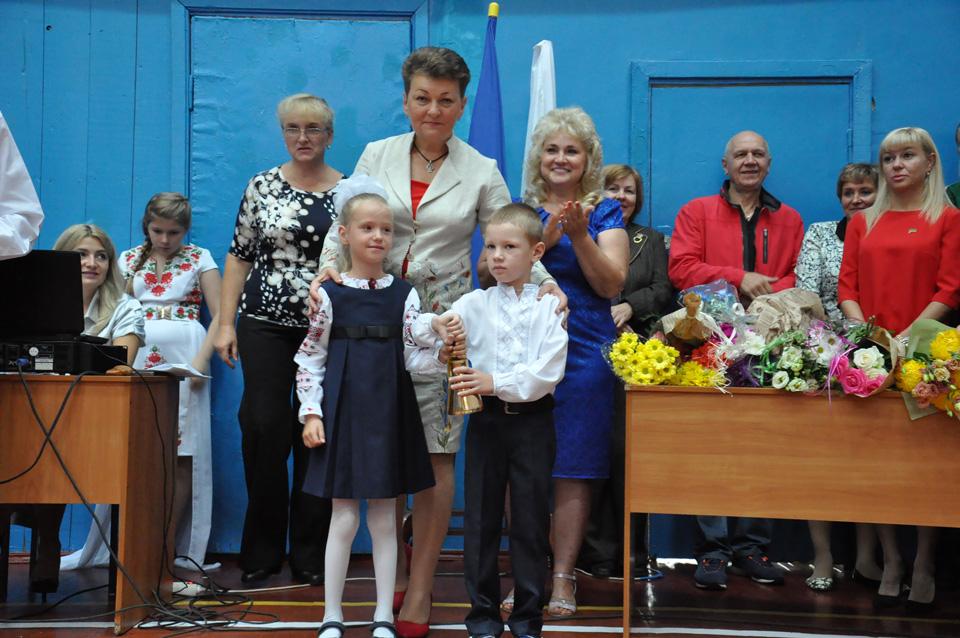 Директор Школи Ірина Пасюра разом з першокласниками.
