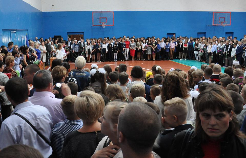 В спортзалі було шумно. Усі учні у приміщення не вмістилися, тому на офіційному привітанні були першокласники, випускники 9-х та 11-х класів та їхні батьки.