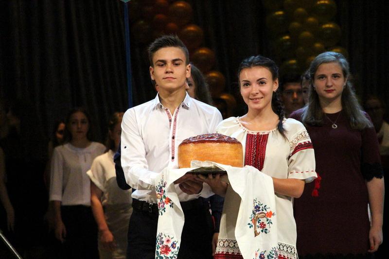 Першокурсники педагогічного університету за доброю традицією зустріли хлібом-сіллю