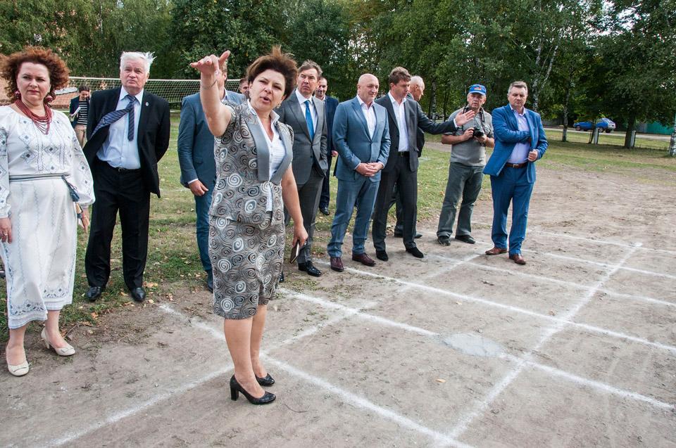 Людмила Сідак знайомить з роботою школи
