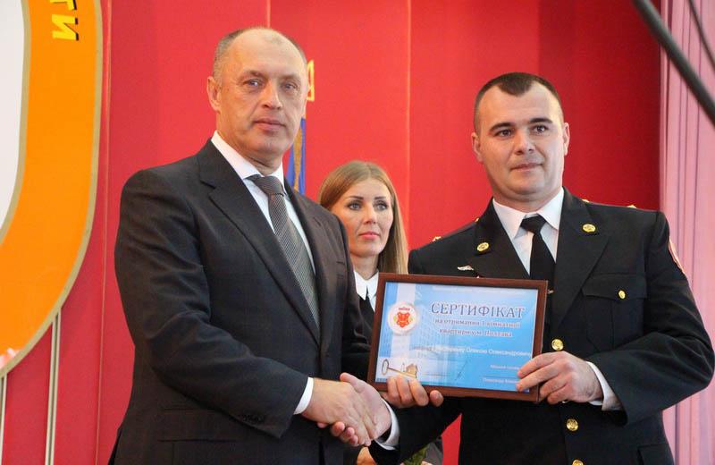Міський голова Олександр Мамай вручає сертифікат на отримання службової квартири