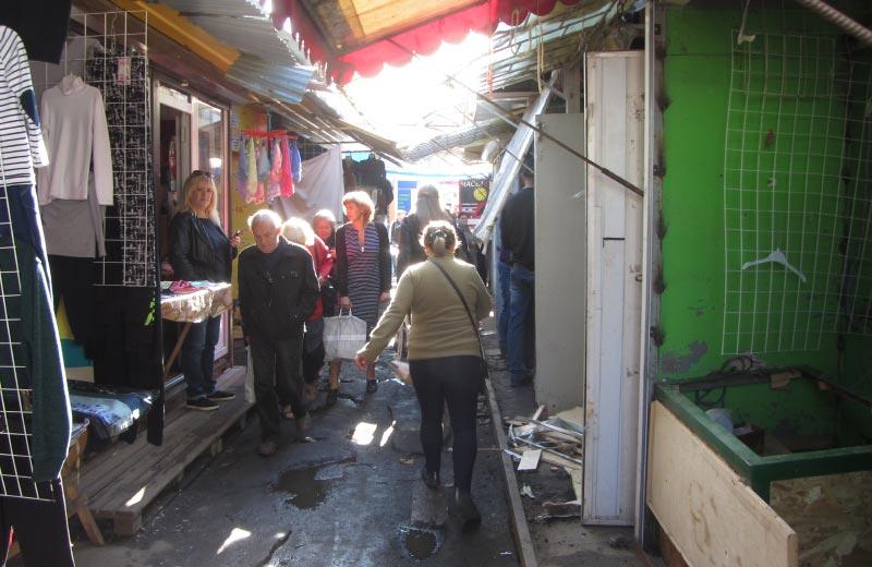 Прохід до згорілих магазинів зі сторони критого ринку