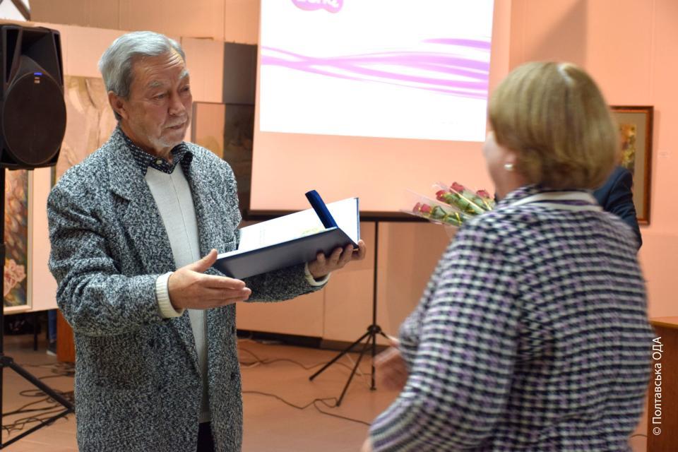 Володимир Голуб вручає нагороду