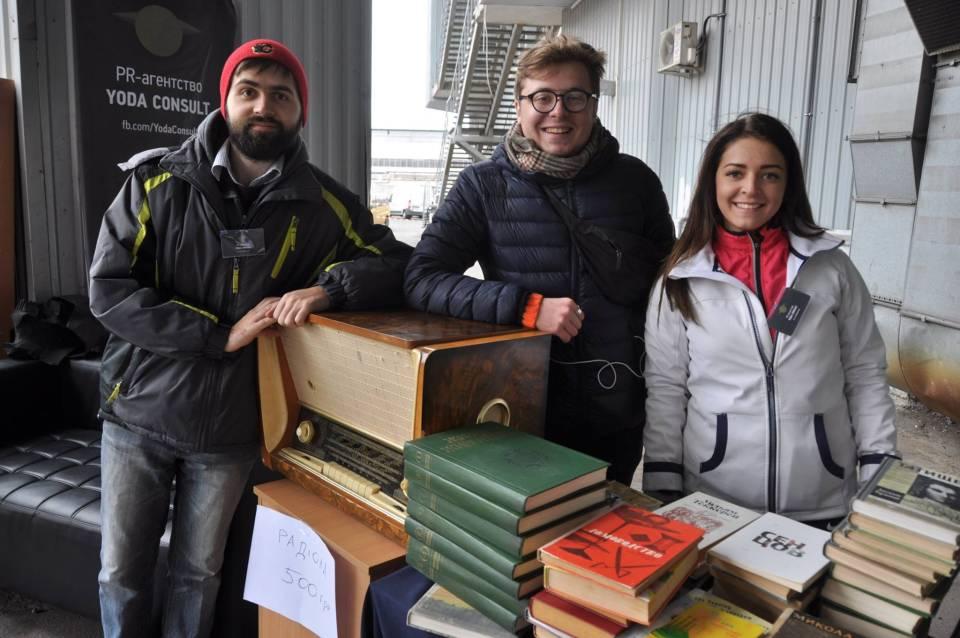 Команда Yoda Consult на книжковій барахолці (Роман Повзик, Денис Старостін, Антоніна Білоус)