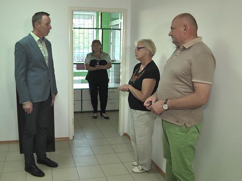 Депутат міської ради Андрій Матковський під час огляду приміщення майбутньої аптеки