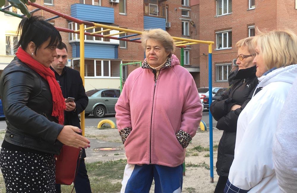 Оксана Деркач спілкується із мешканцями мікрорайону Левада
