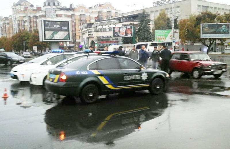 Поліція перекрила огляд на пошкоджений Toyota Prius