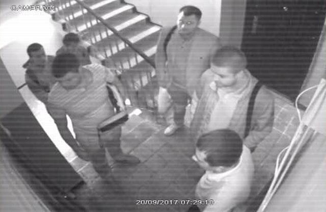 Співробітники прокуратури перед входом до квартири Юрія Шляхти