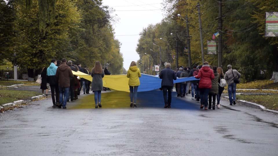 Центром Хоролу пронесли 115-метровий жовто-блактиний прапор