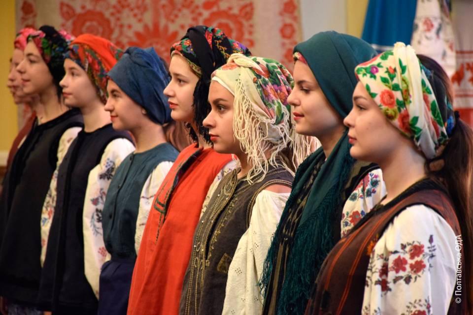 Дівчата з модельного агентства «Століття краси» у старовинному українському вбранні