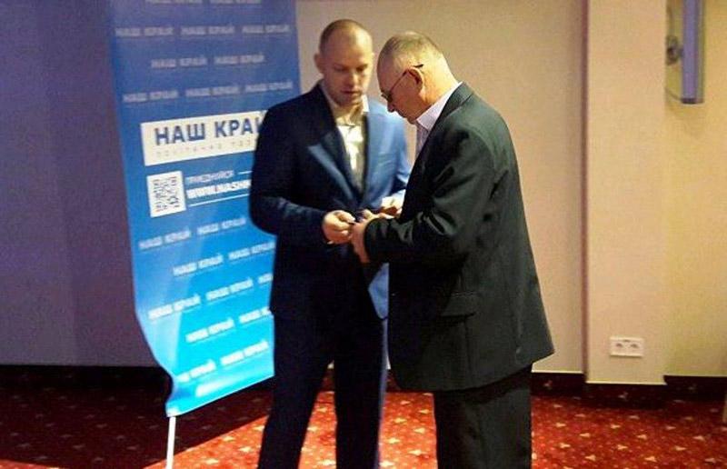Євген Ніколаєнко вручає депутатське посвідчення
