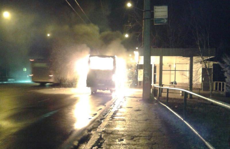 Палаючий автобус на зупинці «Вул. Гетьмана Сагайдачного» («Вул. Фурманова»)