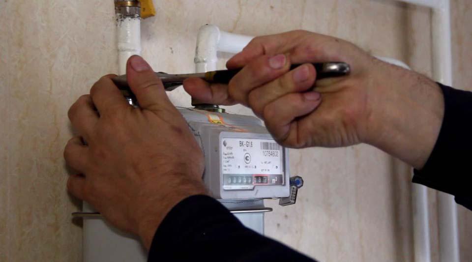 Фахівець «Полтавагазу» монтує лічильник