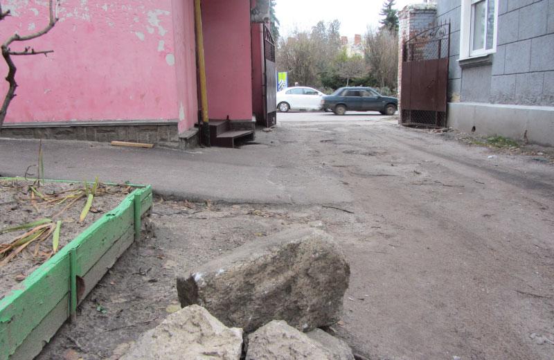 Камінь з найближчого подвір'я, яким пошкодили ролети