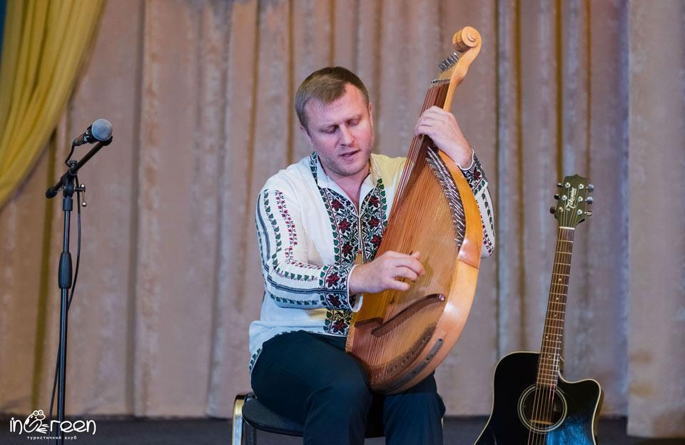 Бандурист Віктор Пашник
