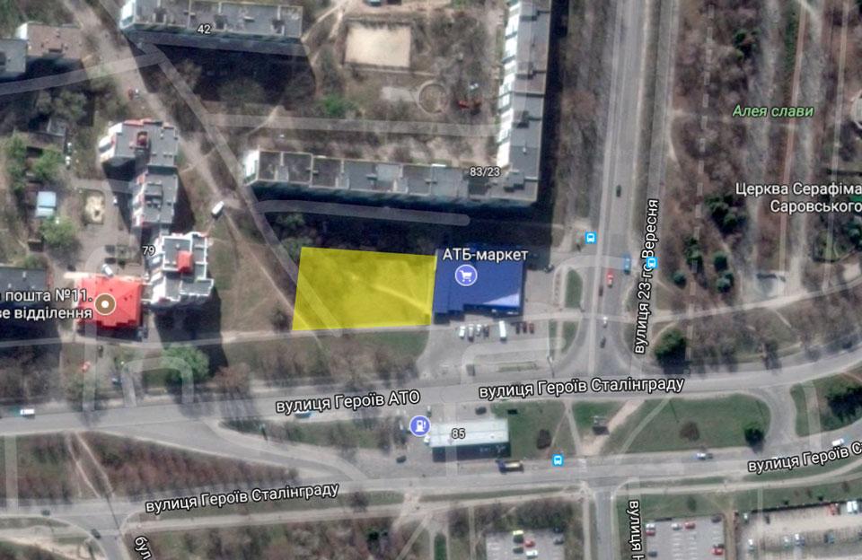 Ліворуч від «АТБ» — ділянка, якує орендує ТОВ «Фармацевтична компанія «Провізор»