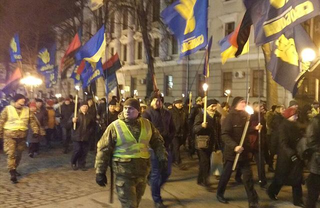 У супроводі поліції смолоскипна хода пройшла від переходу «Злато місто» до пам'ятника Івану Мазепі на Соборному майдані