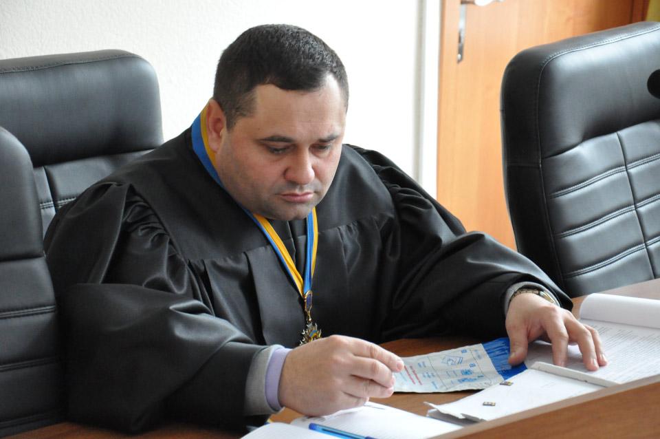 Суддя Юрій Куліш з microSD-картками