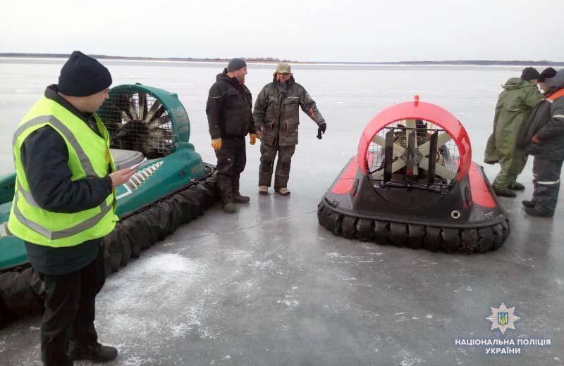 УПолтавській області рятувальники зняли 50 рибалок із дрейфуючої крижини