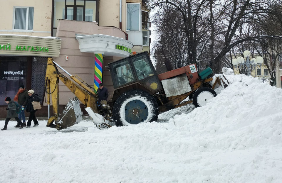 Техніка КП «Декоративні культури» приборкує кучугури снігу на вул. Соборності