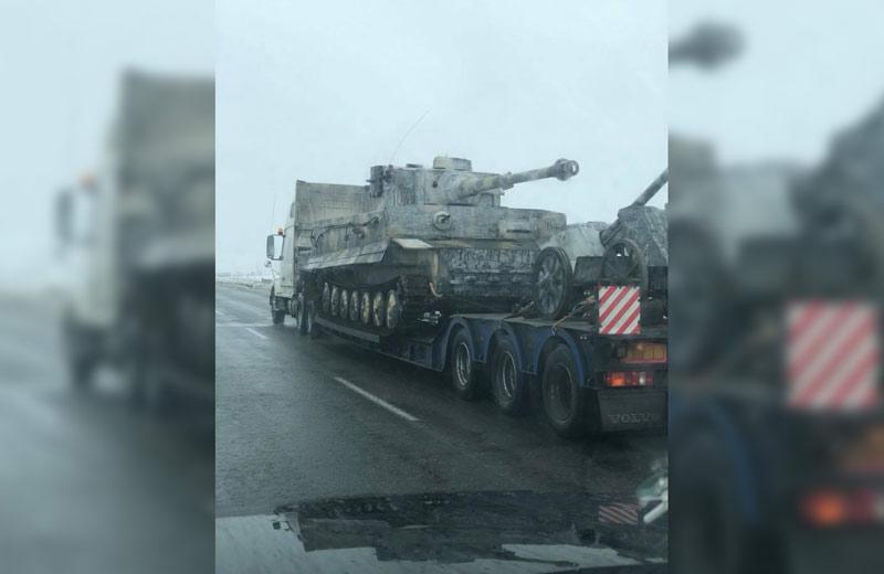 В сторону Полтавы по трассе Киев — Харьков везут немецкий танк «Тигр»