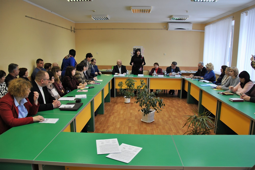 У роботі круглого столу участь взяли учені й педагоги-практики, представники наукових установ і навчальних закладів України