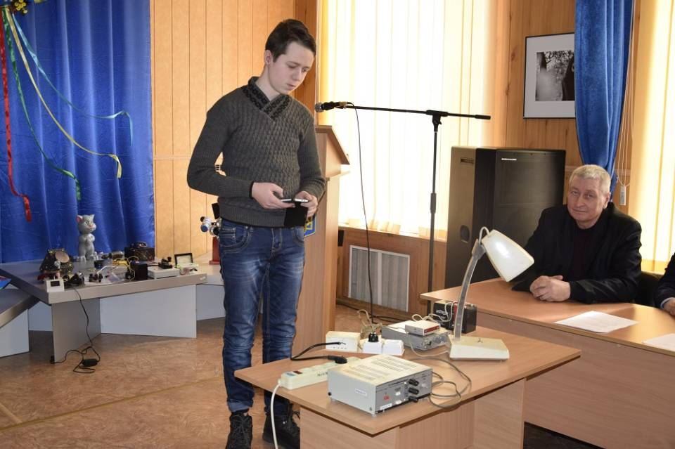 Юрій Лозов'ягін демонструє як працює «Розумна розетка»