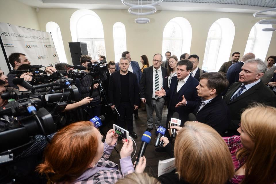 Міністр регіонального розвитку, будівництва та житлово-комунального господарства Геннадій Зубко (по центру)