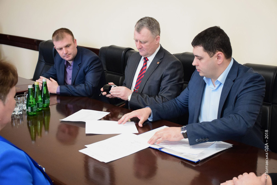 Віталій Колісниченко (з печаткою) та Вадим Чувпило (з документами)