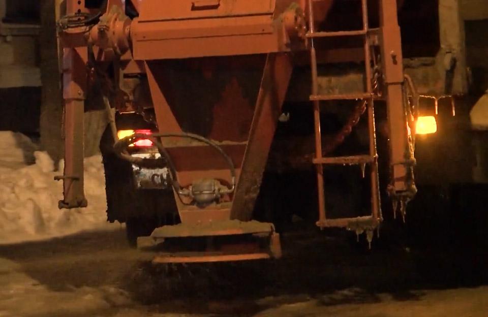 Комбінована дорожня машина розсипає піщано-сольову суміш