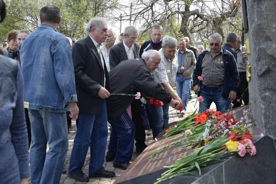Присутні на концерті, вшанували пам'ять учасників ліквідації наслідків вибуху на ЧАЕС, урочистим покладанням квітів
