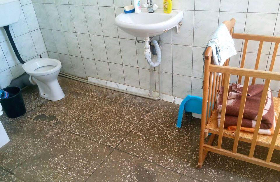 Зайве дитяче ліжко медперсонал виніс у туалет