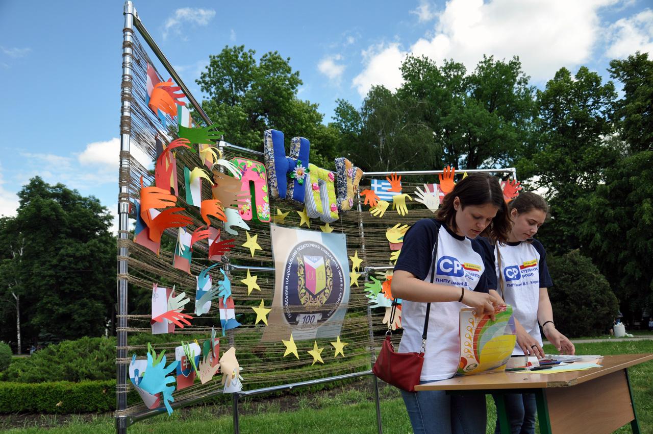 Студенти ПНПУ пропонували написати своє ім'я біля прапору Європейської біля країни, яку вони бажають відвідати.